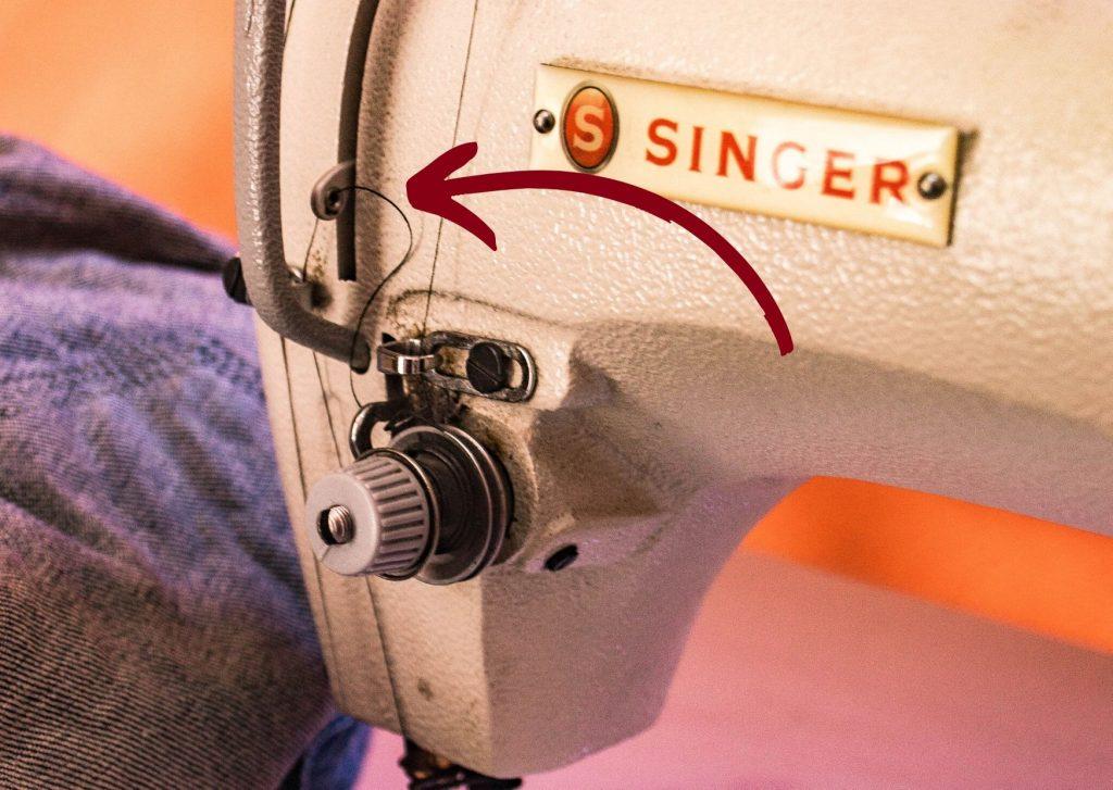 Partes de la máguina de coser: la palanca tira hilo